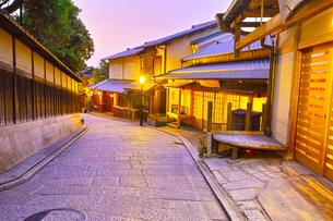 京都 夜の八坂通りの写真素材 [FYI00621474]