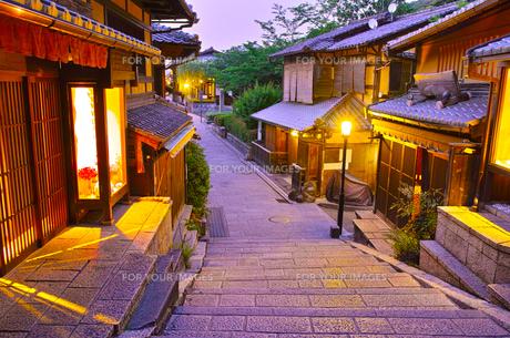 京都 夜の三年坂の写真素材 [FYI00621475]