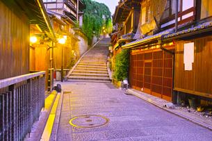 京都 夜の三年坂の写真素材 [FYI00621476]