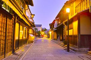 京都 夜の八坂通りの写真素材 [FYI00621479]