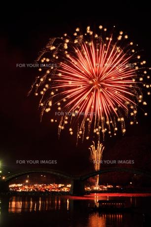 錦帯橋 夜、花火大会(山口県岩国市)の写真素材 [FYI00621801]