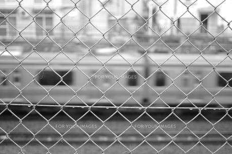 フェンス越しの電車の写真素材 [FYI00621837]