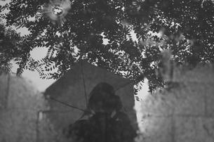 水たまりに映る人の写真素材 [FYI00621840]