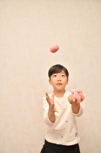 お手玉を楽しむ女の子の写真素材 [FYI00622165]