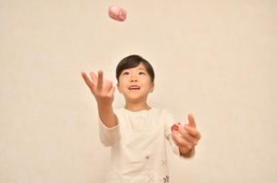 お手玉を楽しむ女の子の写真素材 [FYI00622167]