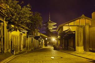 京都 八坂の塔が見える町並みの夜景の写真素材 [FYI00622454]
