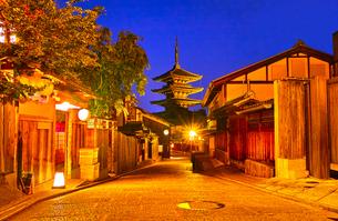 京都 八坂の塔が見える町並みの夜景の写真素材 [FYI00622455]