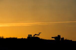 夕暮れの農作業の写真素材 [FYI00622534]
