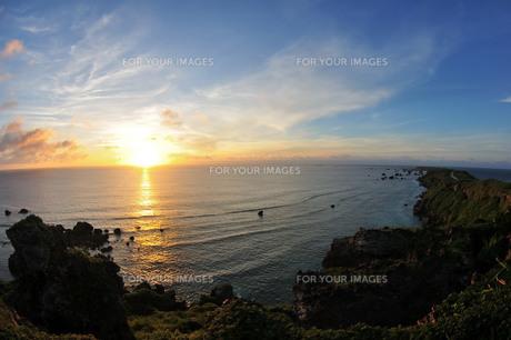 宮古島/夜明の東平安名崎の写真素材 [FYI00622859]