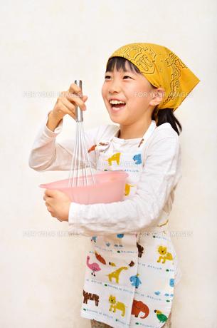 料理をする女の子の写真素材 [FYI00623012]