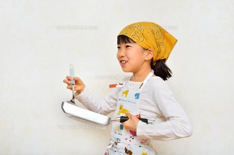料理をする女の子の写真素材 [FYI00623029]