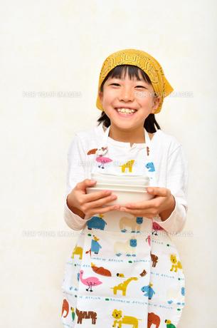 料理をする女の子の写真素材 [FYI00623030]