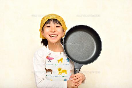 料理をする女の子の写真素材 [FYI00623031]