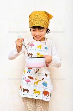料理をする女の子の写真素材 [FYI00623032]