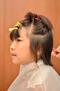 髪を切る女の子の写真素材 [FYI00623072]