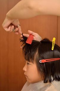 髪を切る女の子の写真素材 [FYI00623075]
