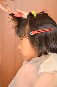 髪を切る女の子の写真素材 [FYI00623077]