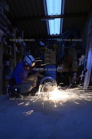 配管を切断する職人 の写真素材 [FYI00623351]