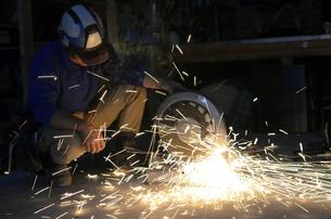 配管を切断する職人 の写真素材 [FYI00623353]