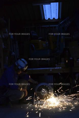 配管を切断する職人 の写真素材 [FYI00623355]