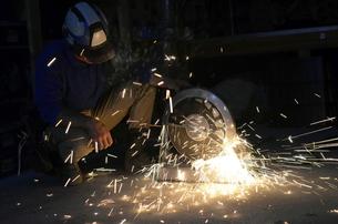 配管を切断する職人 の写真素材 [FYI00623357]