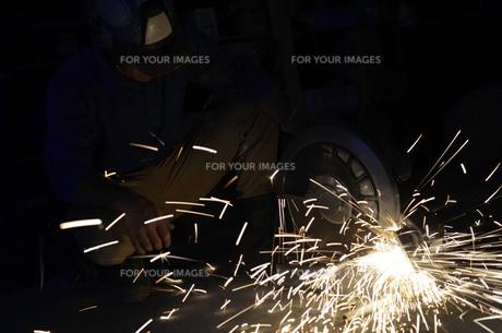 配管を切断する職人 の写真素材 [FYI00623358]