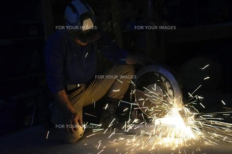 配管を切断する職人 の写真素材 [FYI00623359]
