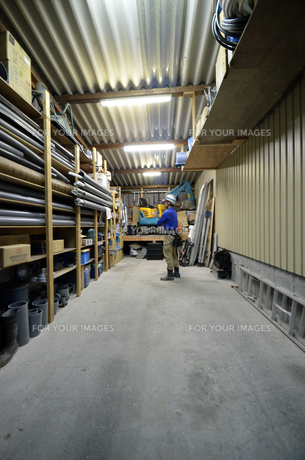 水道屋さんの作業場の写真素材 [FYI00623362]