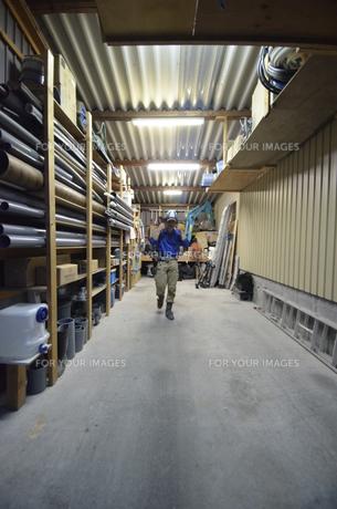 水道屋さんの作業場の写真素材 [FYI00623365]