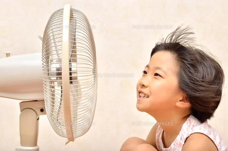 扇風機で涼む女の子の写真素材 [FYI00623669]