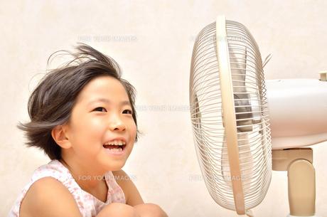 扇風機で涼む女の子の写真素材 [FYI00623681]