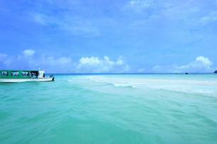 沖縄ー幻の島浜島のビーチと船の写真素材 [FYI00623705]