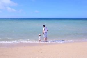 波打ち際で遊ぶ父と子|沖縄の写真素材 [FYI00623768]