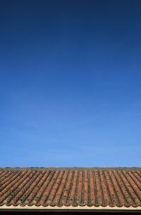 沖縄イメージ|青空と赤瓦の写真素材 [FYI00624180]