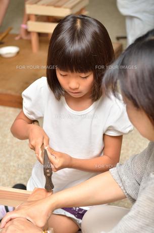木工を楽しむ親子の写真素材 [FYI00624591]
