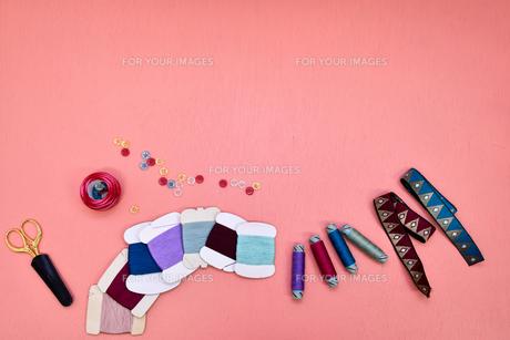 カラフルな裁縫道具 ピンク背景の写真素材 [FYI00625111]