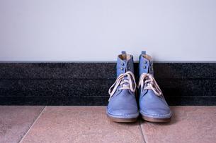 玄関に置かれたヴィンテージの青いブーツの写真素材 [FYI00625124]