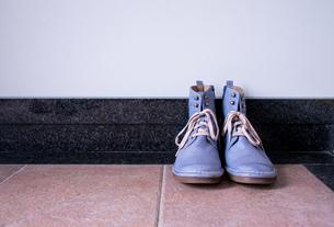 玄関に置かれたヴィンテージの青いブーツの写真素材 [FYI00625126]