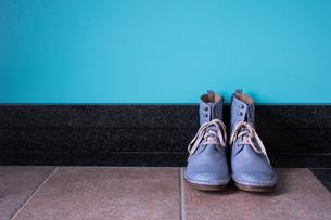 玄関に置かれたヴィンテージの青いブーツの写真素材 [FYI00625128]