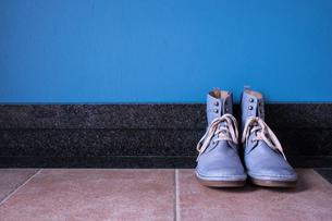 玄関に置かれたヴィンテージの青いブーツの写真素材 [FYI00625131]