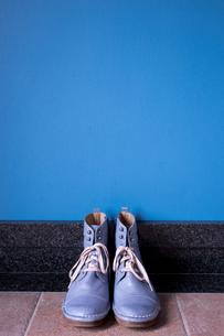 玄関に置かれたヴィンテージの青いブーツの写真素材 [FYI00625132]