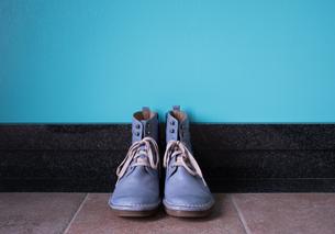 玄関に置かれたヴィンテージの青いブーツの写真素材 [FYI00625133]