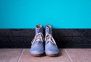 玄関に置かれたヴィンテージの青いブーツの写真素材 [FYI00625134]