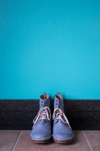 玄関に置かれたヴィンテージの青いブーツの写真素材 [FYI00625136]