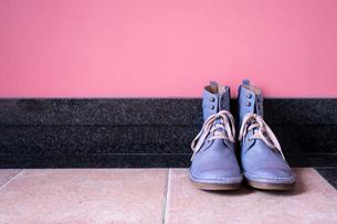 玄関に置かれたヴィンテージの青いブーツの写真素材 [FYI00625151]