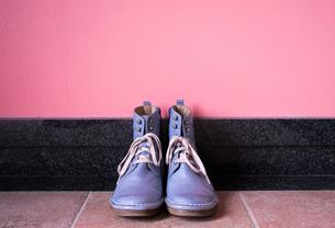 玄関に置かれたヴィンテージの青いブーツの写真素材 [FYI00625152]