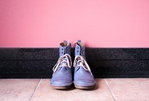 玄関に置かれたヴィンテージの青いブーツの写真素材 [FYI00625153]