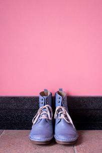 玄関に置かれたヴィンテージの青いブーツの写真素材 [FYI00625154]