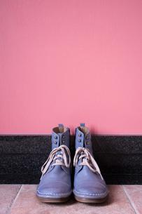 玄関に置かれたヴィンテージの青いブーツの写真素材 [FYI00625155]