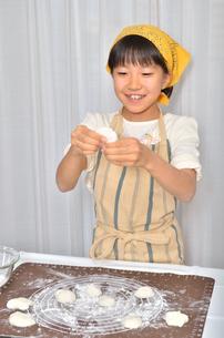 餅を作る女の子の写真素材 [FYI00625632]